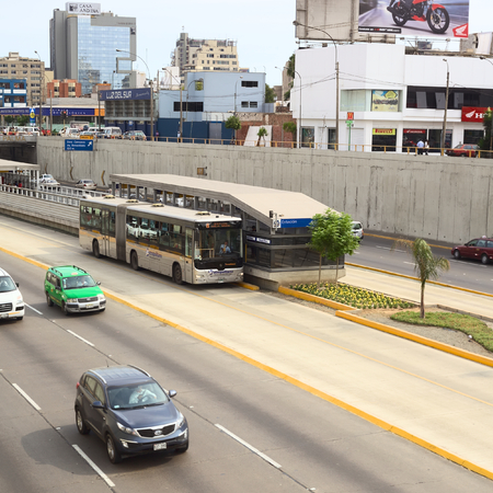 ruta: LIMA, PERU - FEBRUARY 13, 2012  Metropolitano bus of the Line B stopping at the crossing of the Avenues Ricardo Palma and Paseo de la Republica in Miraflores on February 13, 2012 in Lima, Peru  The Metropolitano is a Bus rapid transit system operating sin