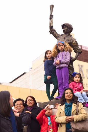 miraflores: LIMA, PERU - JULY 21, 2013  Unidentified people watching the Parade of Wong from the statue of the  Lector  on Avenue Ricardo Palma at the Ovalo Miraflores on July 21, 2013 in Lima, Peru  The Parade  Gran Corso  is a traditional parade to celebrate the Pe