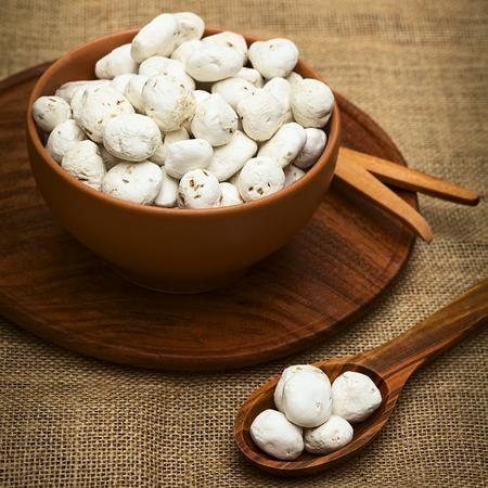 freeze dried: Tunta, tambi�n llamado chu�o blanco o moraya, es un (deshidratado) papa liofilizada realizado en la regi�n de los Andes, principalmente Bolivia y Per�. La papa es duradera por mucho tiempo de esta manera. Tunta y el chu�o se utilizan en muchos platos tradicionales en Bolivia. (Photographe