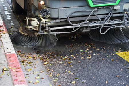 Straßenfeger-Maschine arbeitet