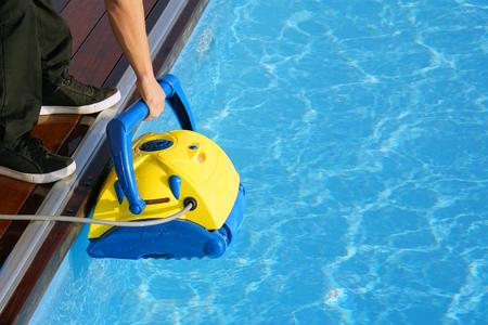 Poolreiniger während seiner Arbeit. Reinigungsroboter zum Reinigen des Bodens von Schwimmbädern.