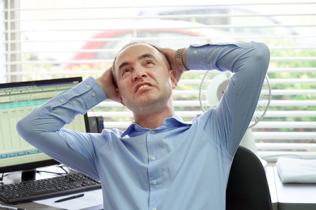 Close-up office worker man suffering from headache migraine pain. Health problem, stress and depression. Male holds head with hand. Businessman Suffering From Headache. Bearded man. Foto de archivo
