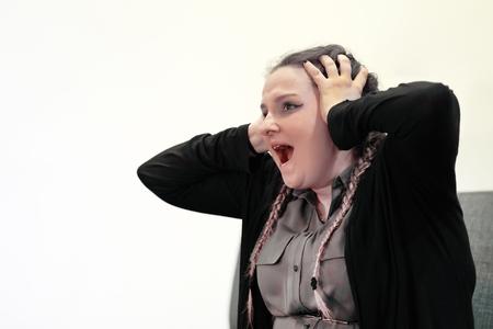 concepto de personas, dolor y violencia doméstica. Primer plano de mujer llorando infeliz que cubre su rostro útil para ilustrar el estrés, la depresión o la violencia doméstica. . Depresión de la mujer o violencia doméstica Foto de archivo