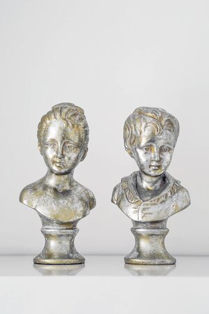 Plaster figure busts of girl and a boy isolated on white background. Card for valentines day. Banque d'images - 130806848