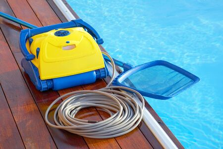 Limpiafondos durante su trabajo. Robot de limpieza para la limpieza del fondo de piscinas. Limpiafondos automáticos.
