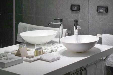 Innenwaschbecken mit modernem Design. Innenraum des Badezimmers mit Waschbecken und Wasserhahn Standard-Bild