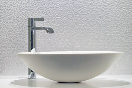 Lavabo intérieur de salle de bain au design moderne. Intérieur de salle de bain avec lavabo et robinet