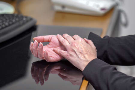 Closeup hand of office manager woman pain. Hands hurt. 免版税图像 - 153118813