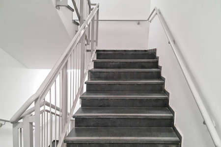 Stairway in office building. Closeup and details of railing and stairs of a modern house. 免版税图像