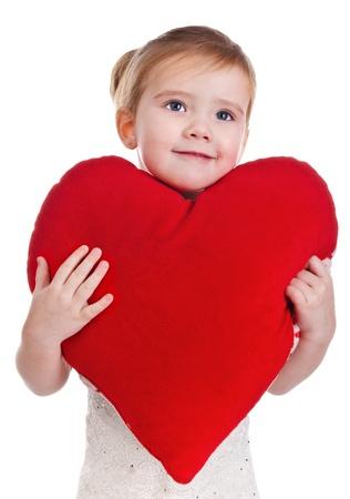 little models: Retrato de ni�a hermosa con el coraz�n en el fondo blanco Foto de archivo