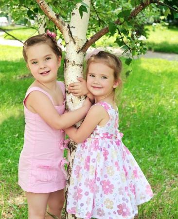 cute little girls: Retrato de dos ni�as lindas al aire libre, peque�os Foto de archivo