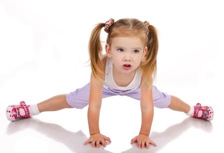 gymnastique: Gymnaste mignonne petite fille isol�e sur un fond blanc