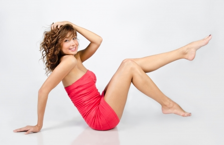 piernas mujer: Retrato de la hermosa muchacha caucásica joven en traje aislado