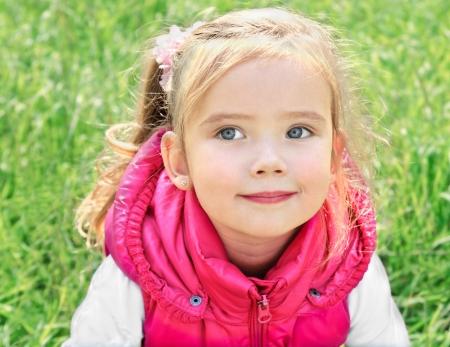 ni�as peque�as: Retrato al aire libre de la ni�a linda en el prado