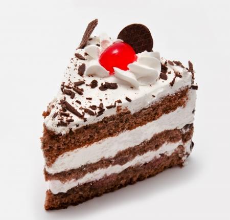 rebanada de pastel: Pedazo de torta de chocolate con la cereza aisladas sobre fondo blanco