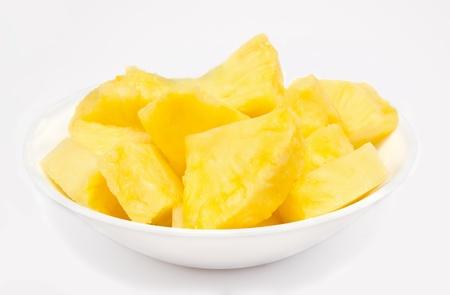 Brocken: Ananasst�cke in der Sch�ssel isoliert auf wei�