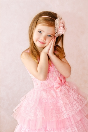 málo: Portrét roztomilé usmívající se holčička v šaty princezny