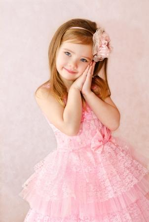 prinzessin: Portrait des netten lächelnden kleinen Mädchens in Prinzessin Kleid