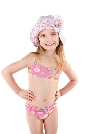 badpak: Leuk glimlachend meisje in zwembroek en pet op een witte achtergrond
