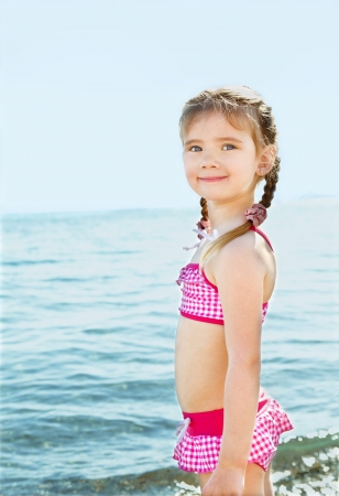 Adorable ni�a sonriente en vacaciones en la playa photo