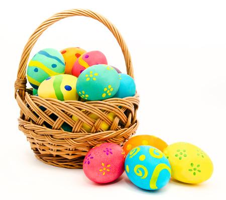 Kolorowe jaja wielkanocne w koszyku samodzielnie na białym tle