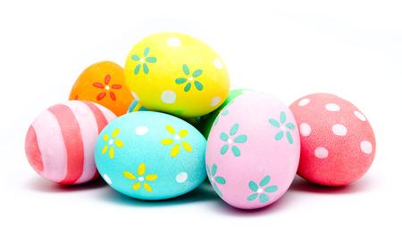 huevos de pascua: Huevos de pascua artesanales coloridos aislados en un blanco
