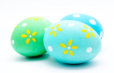 huevos de pascua: Tres huevos de pascua artesanales de colores aislados en un blanco