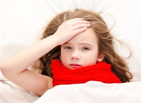 personas enfermas: Ni�a enferma acostada en la cama en un pa�uelo rojo