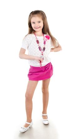 faldas: Ni�a sonriente adorable en falda con granos aislados en un blanco