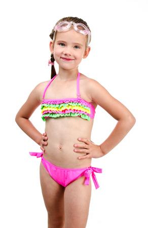 Nettes lächelndes kleines Mädchen im Badeanzug und Gläser auf einem weißen Standard-Bild