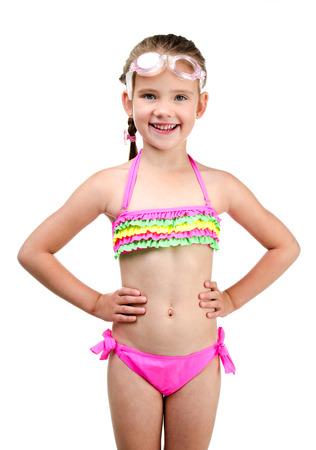 Nettes glückliches kleines Mädchen im Badeanzug und Gläser auf einem weißen Standard-Bild
