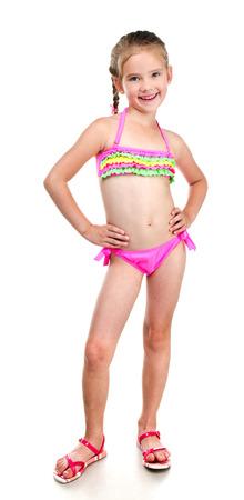 Linda niña sonriente en traje de baño aislado en un blanco