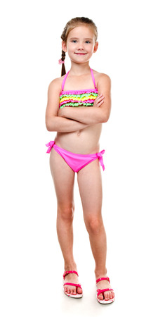 Nettes lächelndes kleines Mädchen im Badeanzug auf einem weißen Standard-Bild