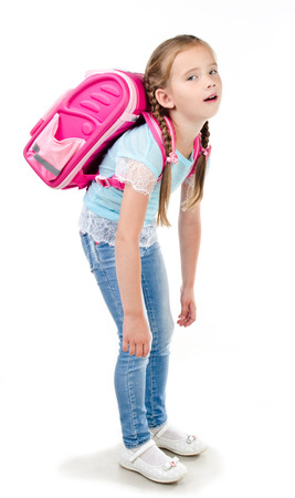 Vermoeid schoolmeisje met zware rugzak geïsoleerd op een witte achtergrond