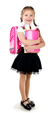 školačka: Portrét usmívající se školačka s batohem a knihy na bílém pozadí