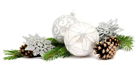 Kerst decoratie ballen met dennenappels en sparren takken geïsoleerd op een witte achtergrond Stockfoto