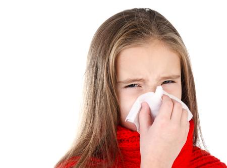 gripe: Ni�a en bufanda roja que sopla su nariz en un gran esfuerzo de cerca aislados en blanco