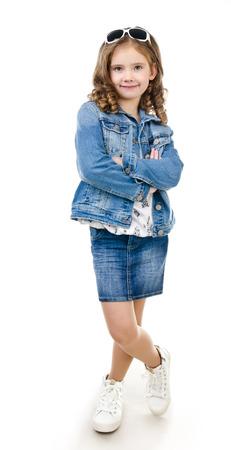 mignonne petite fille: Mignon sourire petite fille en jupe avec des lunettes de soleil isolé sur un fond blanc