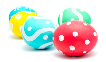 huevos de pascua: Perfect coloridos huevos de pascua artesanales aislados en un blanco