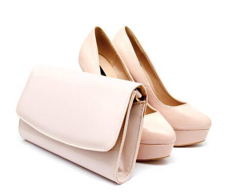 Biege tacco alto donna scarpe e clutch isolati su un bianco