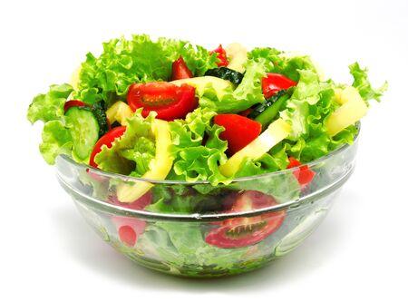 ensalada de verduras: Ensalada de verduras frescas aisladas sobre un fondo blanco