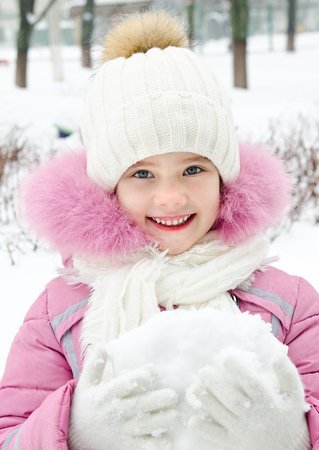 winterwear: Portrait of adorable smiling little girl in winter day outdoor
