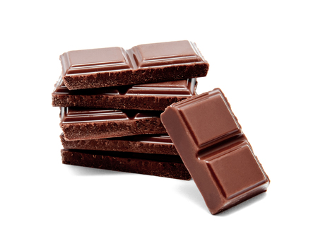 Donkere die melkchocoladebarsstapel op een witte achtergrond wordt geïsoleerd