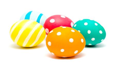 Perfect coloridos huevos de pascua artesanales aislados en un blanco