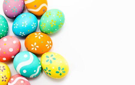 Perfette uova di Pasqua dipinte a mano colorate isolate su un bianco