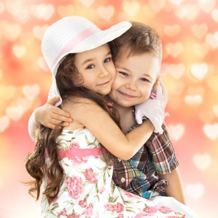 Portret van grappige kleine jongen en een schattig meisje knuffelen