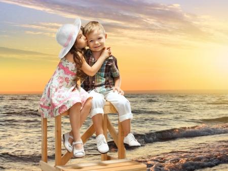 gar�on souriant: fille embrasse et embrasse un gar�on Banque d'images