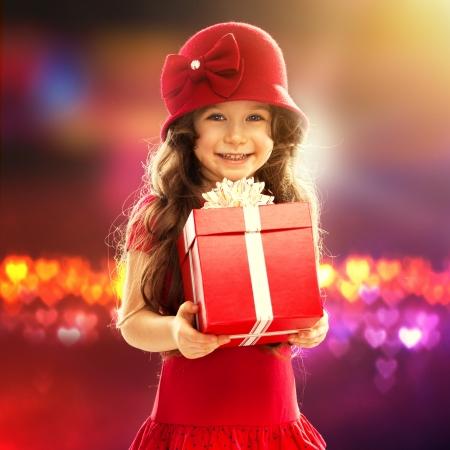 Lidé, štěstí Šťastný holčička s růží v červených šatech Reklamní fotografie