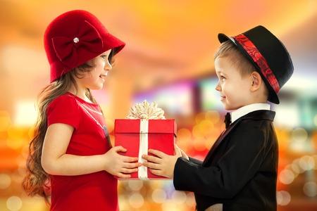 Malý chlapec dává dívka dárek dárek pro narozeniny, Valentýn je den nebo jiný svátek Reklamní fotografie