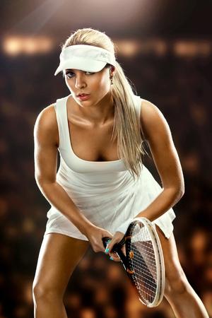 jugando tenis: Mujer hermosa que disfruta el gran partido de tenis jugar al tenis